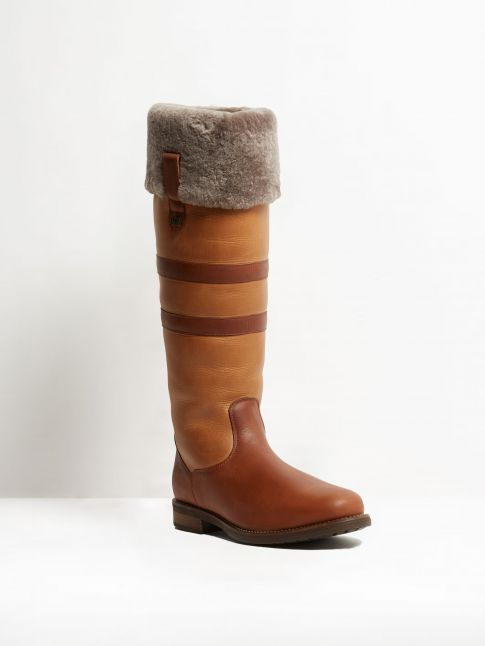 Kingsley Helsinki 01 Outdoorboot with taupe sheepskin gaucho chestnut gaucho brown front view