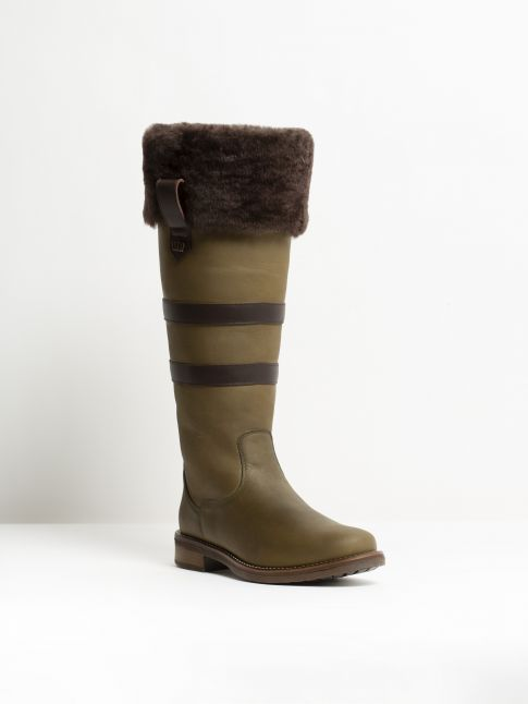 Kingsley Helsinki 01 Outdoorboot with brown sheepskin gaucho green, gaucho brown front view